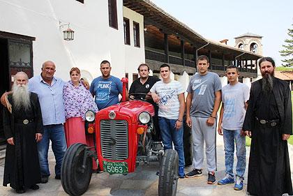 Трактор за Јевтиће из Жача на Космету
