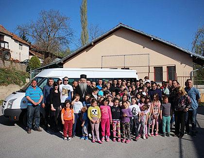 Деца Метохије добила минибус за првоз