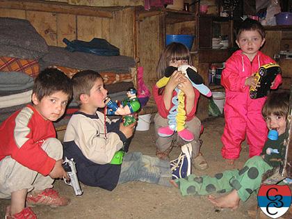 Деца са играчкама