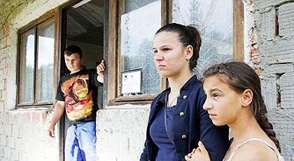 Троје дјеце без родитеља и куће