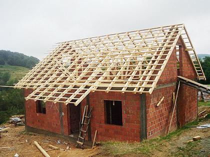 Постављање крова на кући Баловића