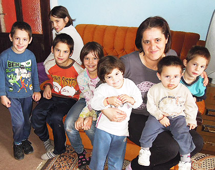 СЗС обишли две породице са 19 деце