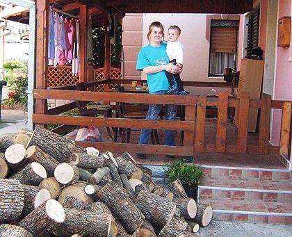 Дрва и школски прибор за Лучиће