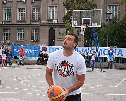 http://www.srbizasrbe.org/wp-content/themes/szs-theme/images/Srbija/2015/Zemun/trojka-iz-bloka-5.jpg